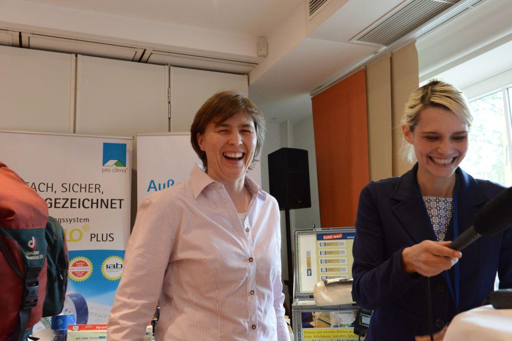 Heide Gentner kurz vor dem Audiointerview mit Steffi Rolfsmeier von der BlowerDoor GmbH.