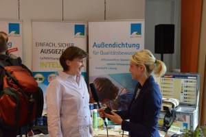 Stefanie Rolfsmeier (links) ist als BlowerDoor-Expertin unter anderem im Vorstand des FLiB. Hier beim Interview mit mir in Berlin auf der QUBE-Tagung.