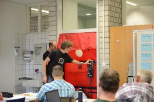 Praxis ist ein wesentlicher Bestandteil der Weiterbildung: Energieberater Carsten Sandau und Referent Holger Merkel beim Einbau eines BlowerDoor-Messgeräts.