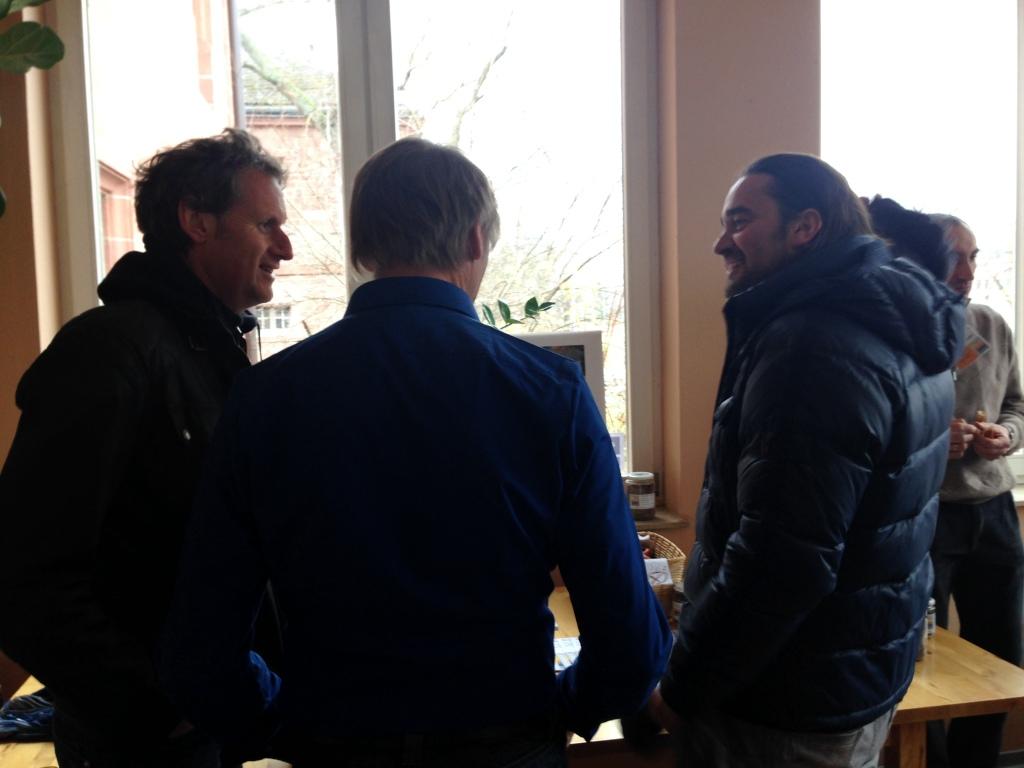 Von hinten: Günter Bergmann im blauen Hemd und links Matthias Elsässer von inholz beim Informationmatinée.