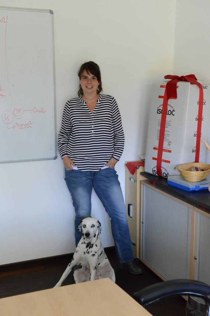 Melanie Hottenrott und Hund Blue im Besprechungsraum.