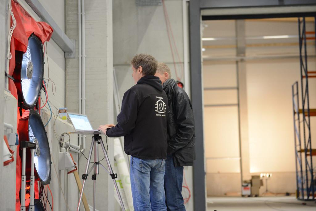 Holger Merkel und Thomas Kretzschmar bei der Messung einer großen Halle.