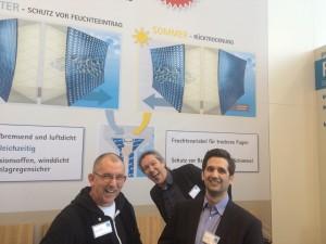 Spaß am pro clima Stand: Thomas Gärtner, pro clima Praxisschulungsleiter, Michael Förster, pro clima Leiter der Anwendungstechnik und Aritight Jochen Götz von bionic3.