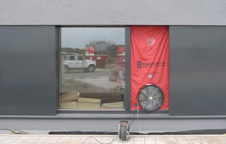 Fachartikel: Aktuelle Anforderungen bei Qualitätsüberprüfung mit Blower-Door-Messungen