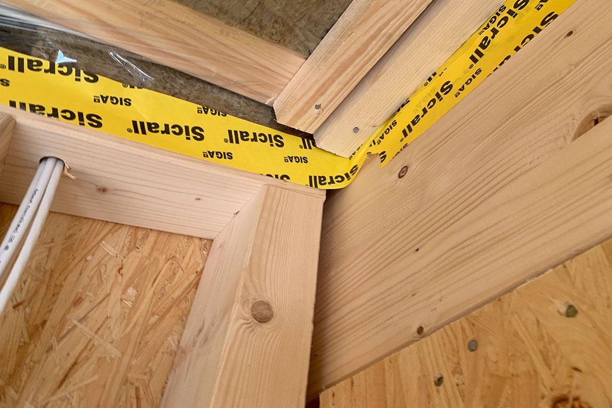 Mehrere Zentimeter große Öffnung am Anschluss Innenwand zur Mittelpfette.